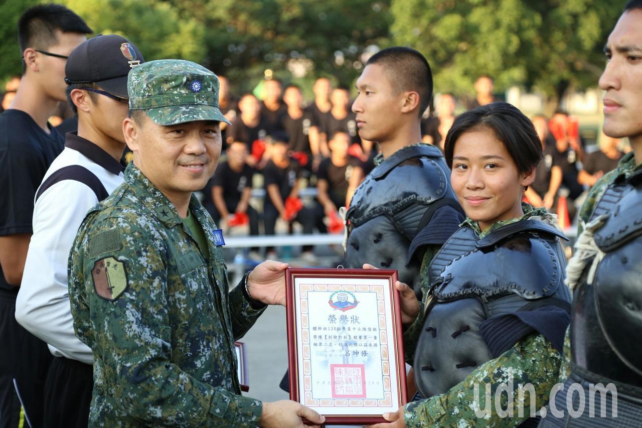 步訓部指揮官呂坤修少將頒獎給表現優異女學員。圖/步訓部提供