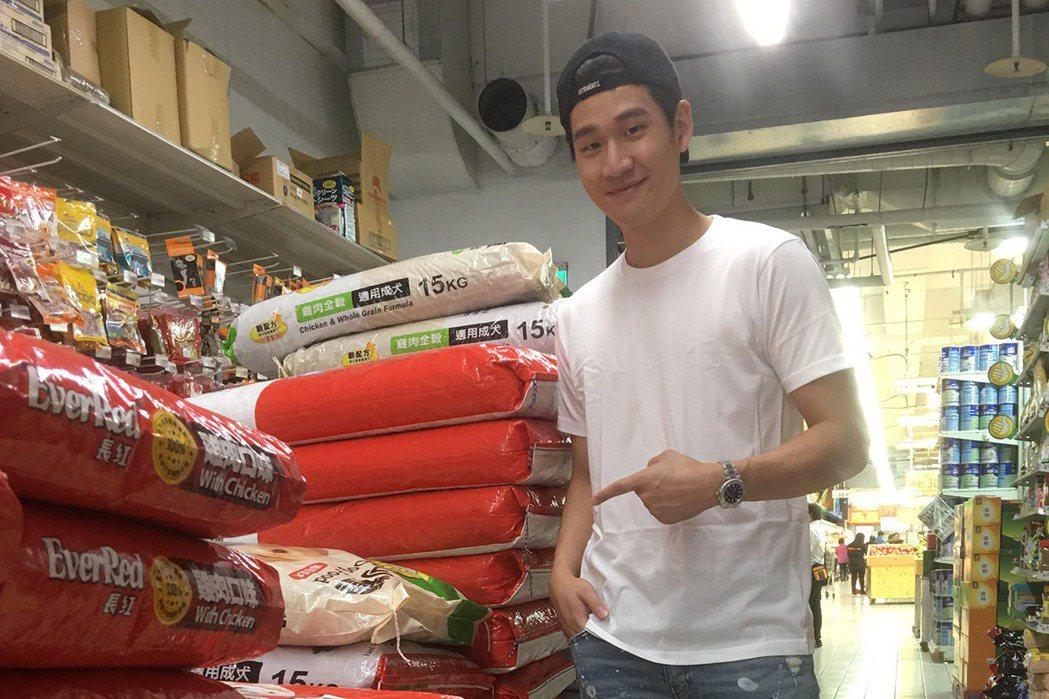 周興哲以愛犬「蕭邦」名義自費購買100包狗糧,捐給台南的寵物之家。圖/星空飛騰提