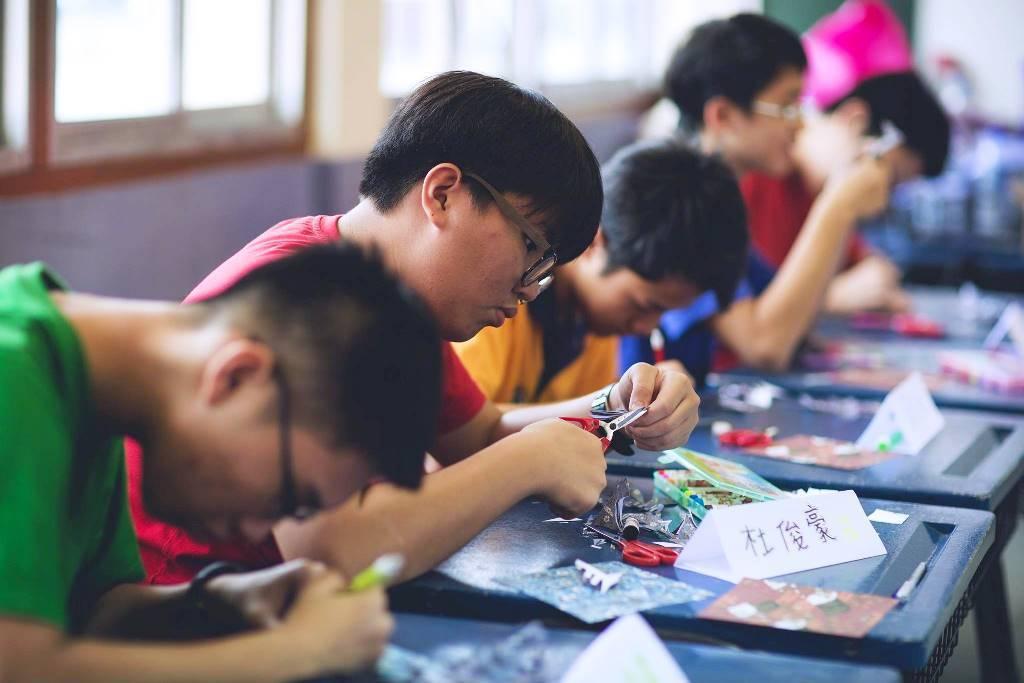 中原大學帶領汶萊華校中學的學生一起體驗剪紙藝術。圖/中原大學提供