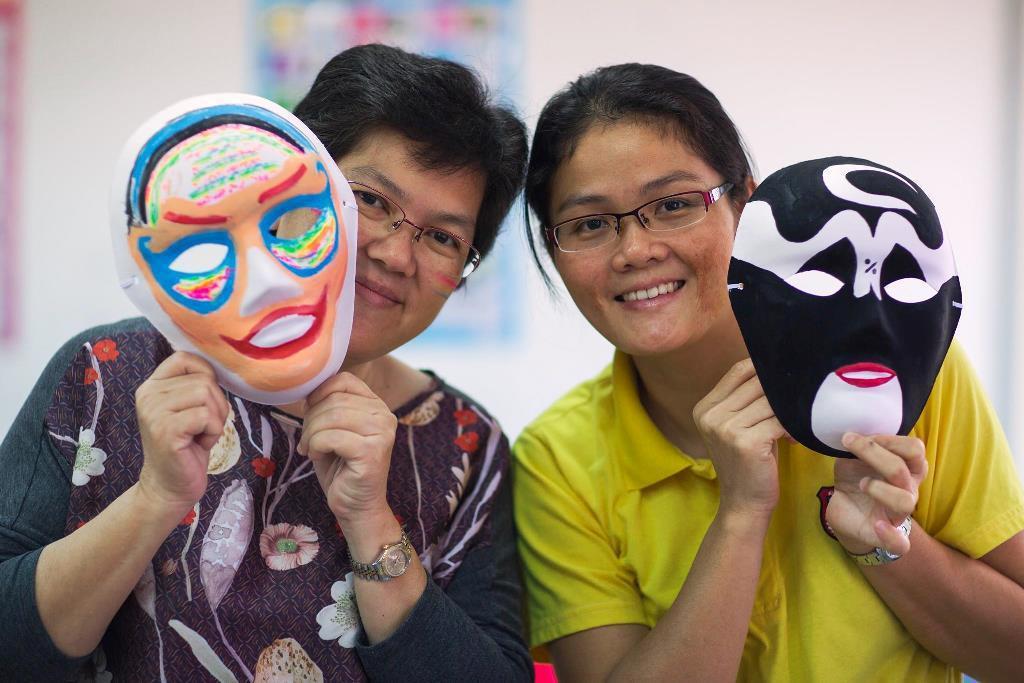 華校教師十分投入繪製國劇臉譜。圖/中原大學提供