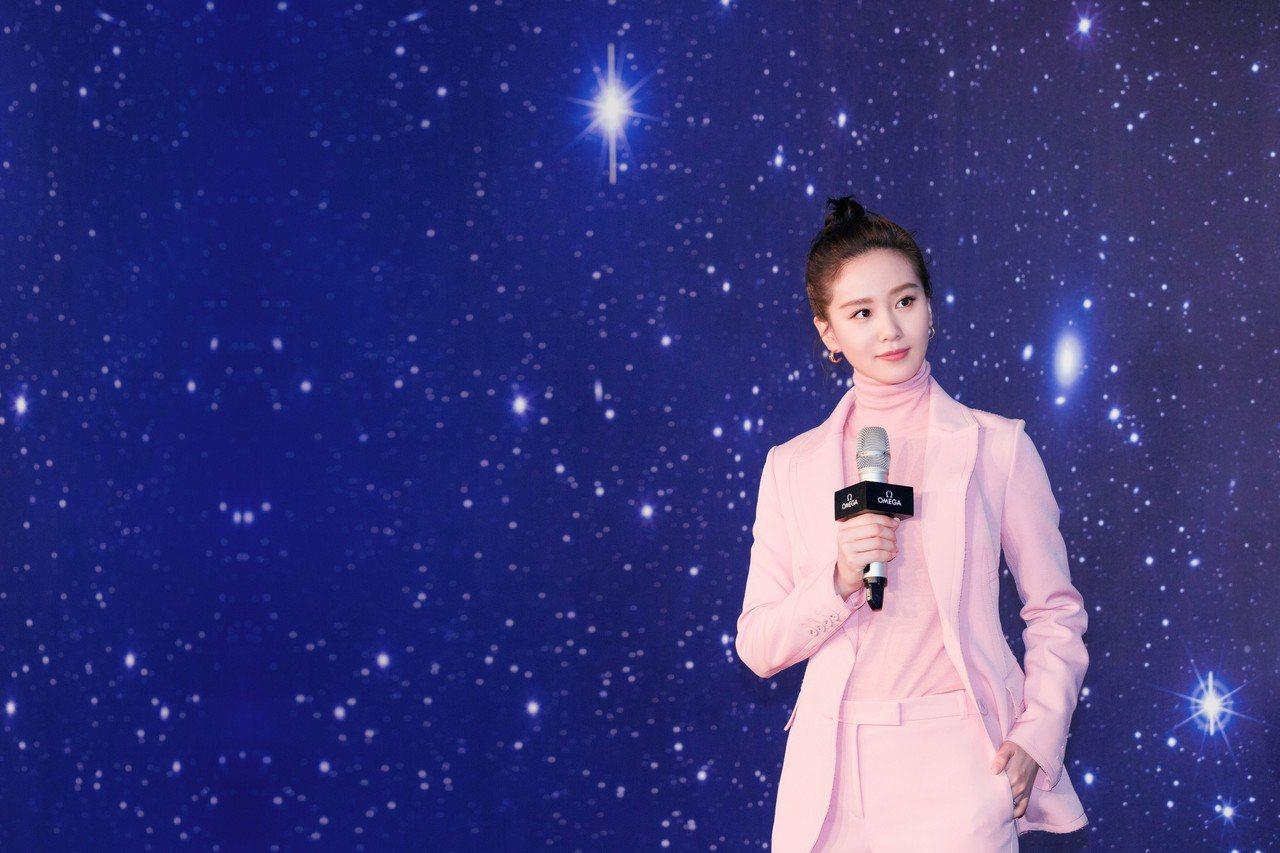 劉詩詩梳起少見的包頭、身穿粉色西裝和套頭毛衣,配戴新款星座系列大師天文台小秒針女...