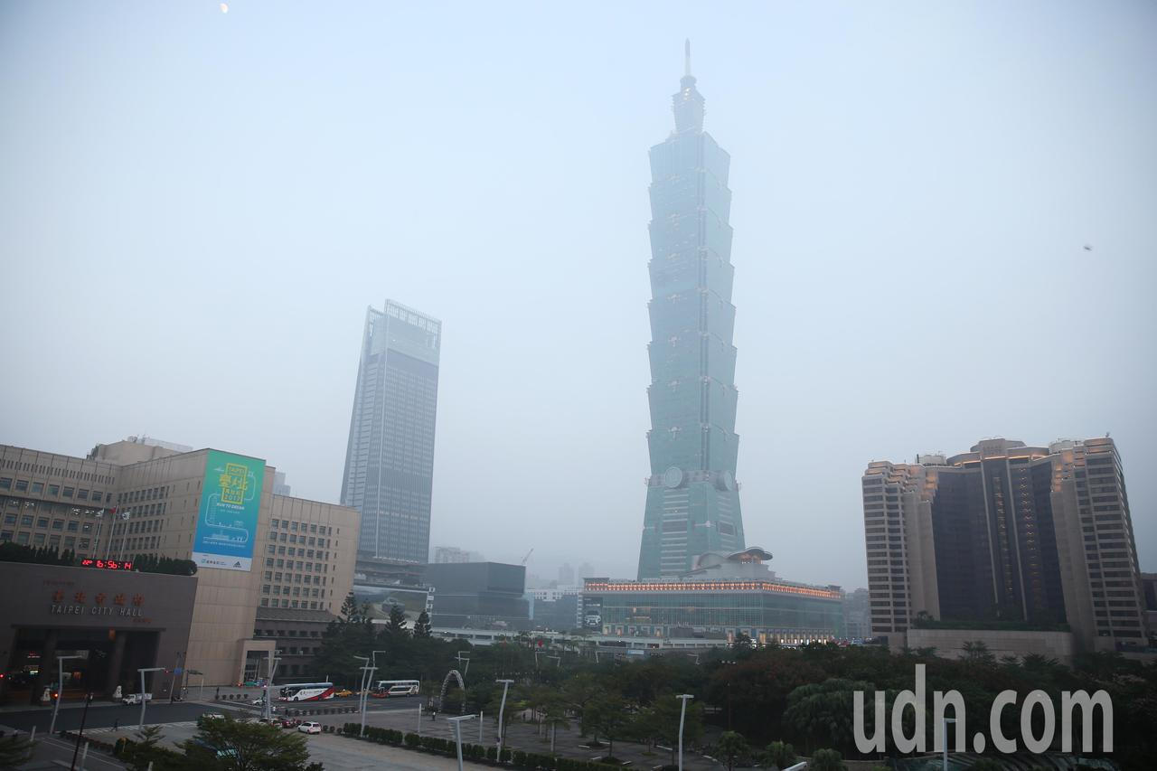 台北地區今天空氣品質不佳,台北市區大樓幾乎都被埋藏在一片霧濛之中。記者徐兆玄/攝...