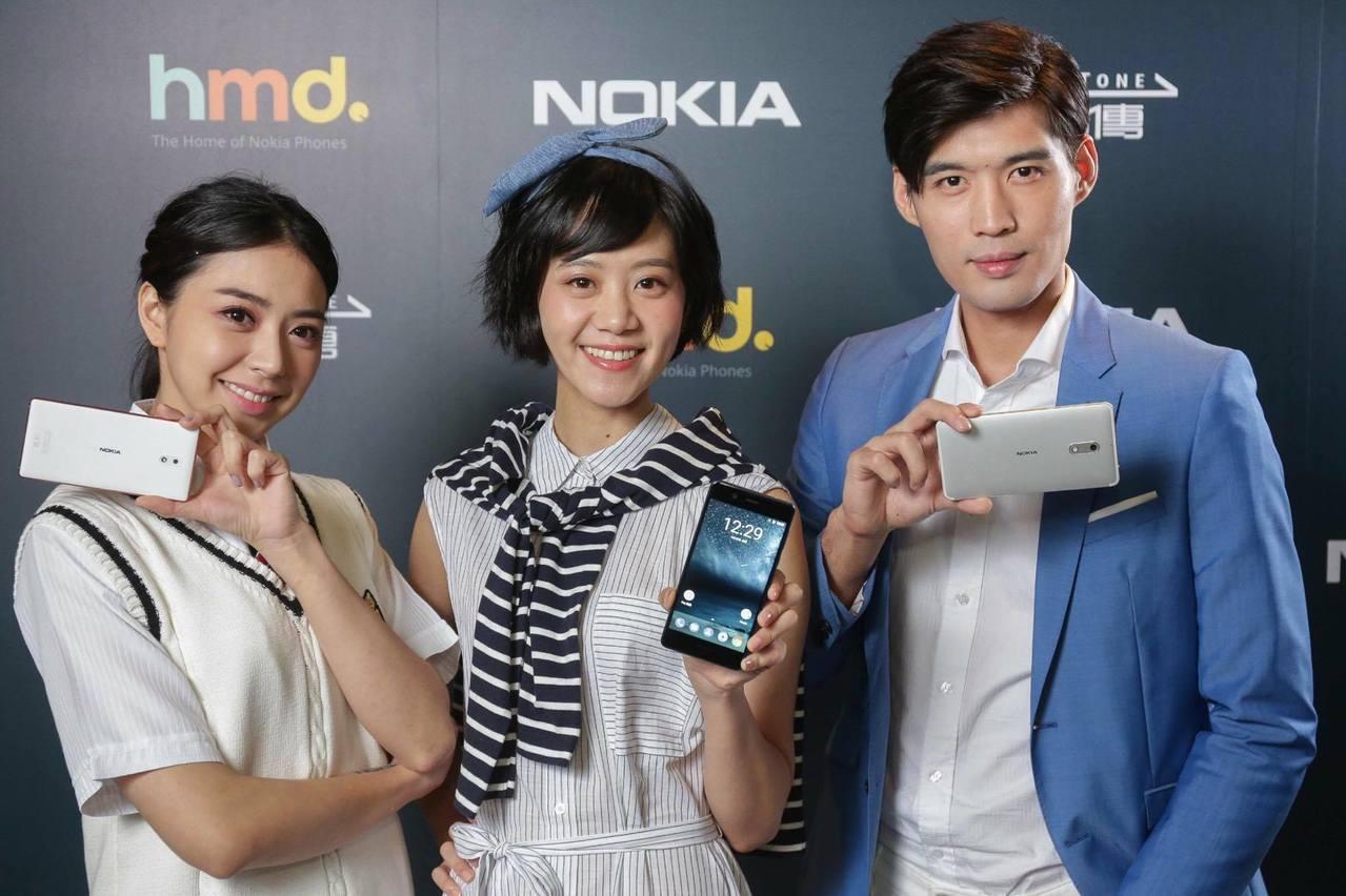 遠傳電信年終加碼回饋,獨家推出買Nokia旗艦手機送經典Nokia 3310。圖...