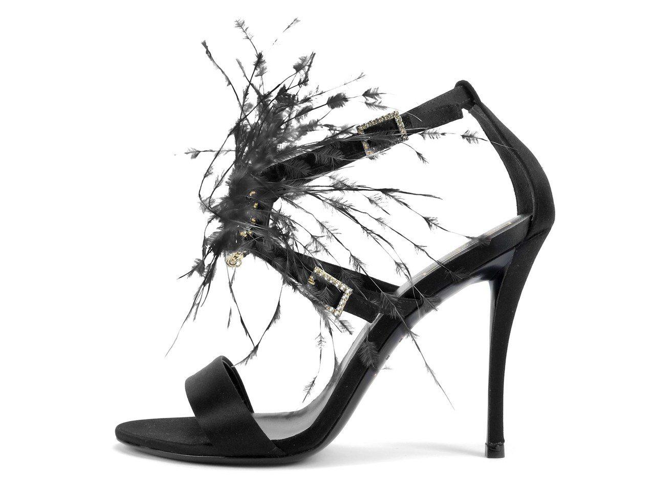 方形鑽釦羽毛細高跟鞋,92,000元。圖/Roger Vivier提供
