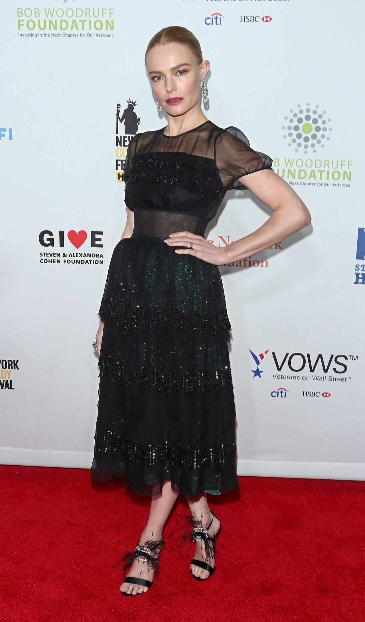 好萊塢女星凱特柏絲沃穿著Roger Vivier方形鑽釦羽毛細高跟鞋搭配薄紗透膚...