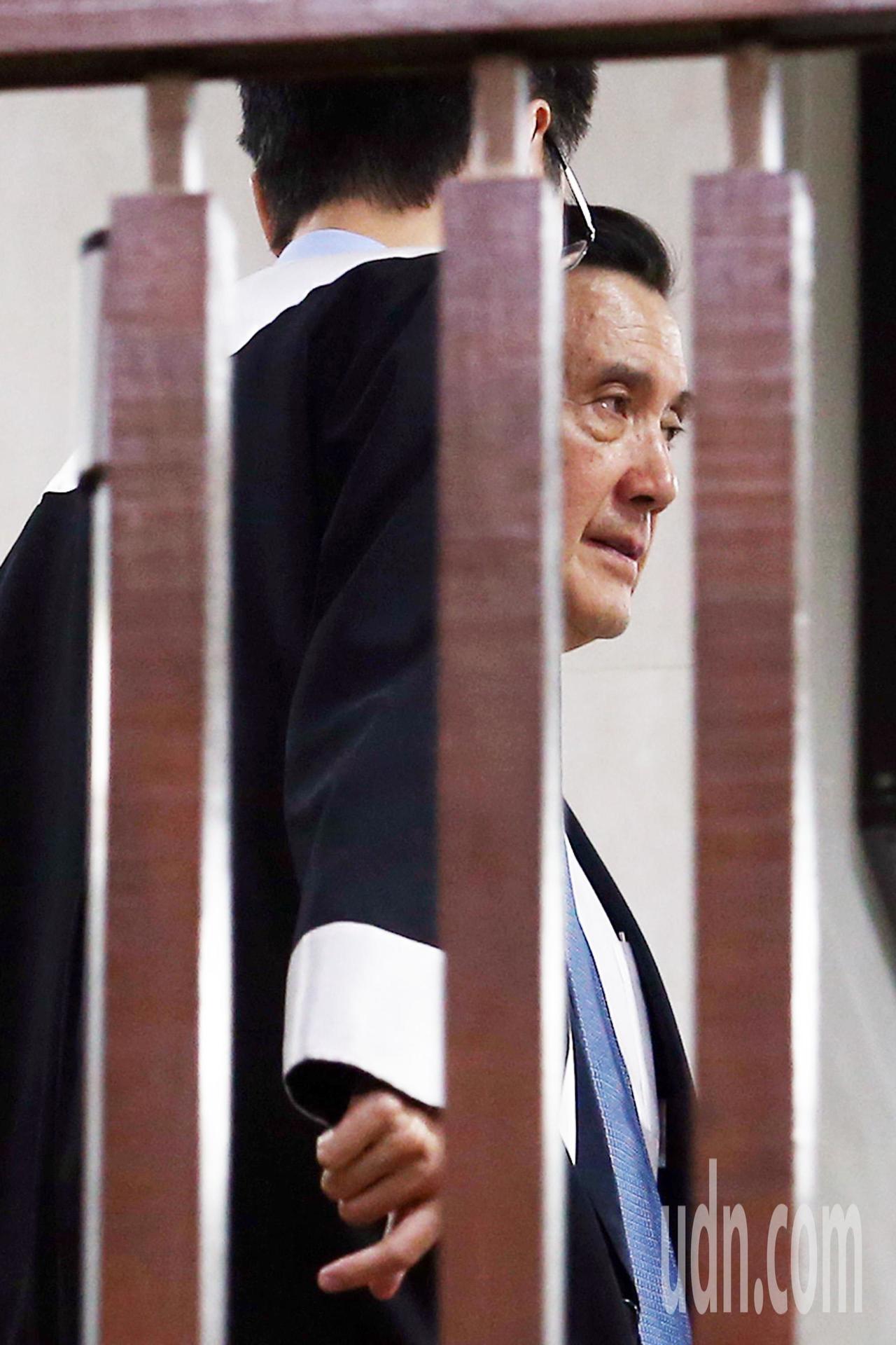 台北地檢署偵辦三中案及賤賣黨產案,上午首度以被告身分傳喚前總統馬英九出庭,庭訊直...