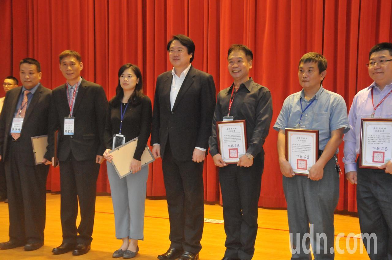 基隆市長林右昌頒發當選證書給所有的新任家長會長。記者游明煌/攝影