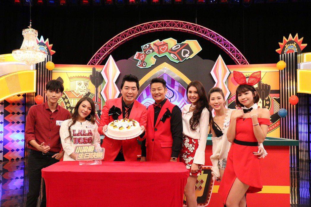 梁赫群(中左)慶生,徐乃麟送上蛋糕。圖/中天提供
