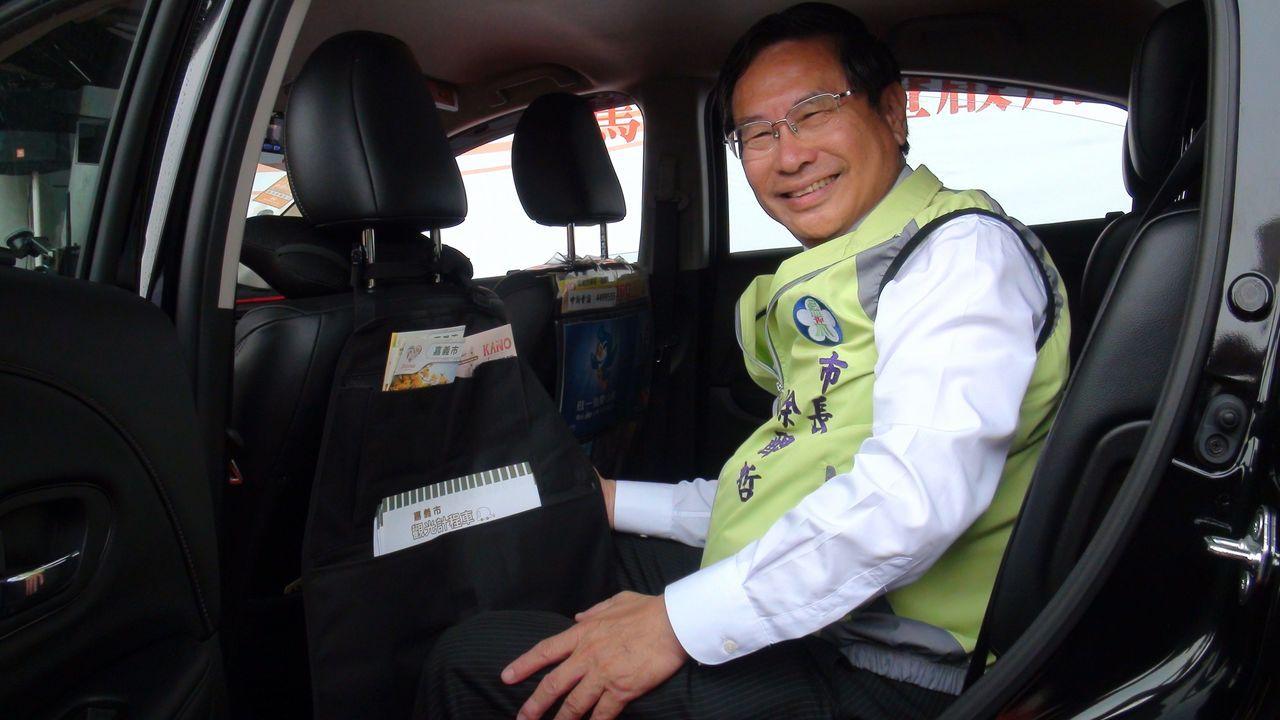 嘉義市觀光計程車上路,市長涂醒哲鼓勵遊客到嘉義市包車旅行。記者王慧瑛/攝影