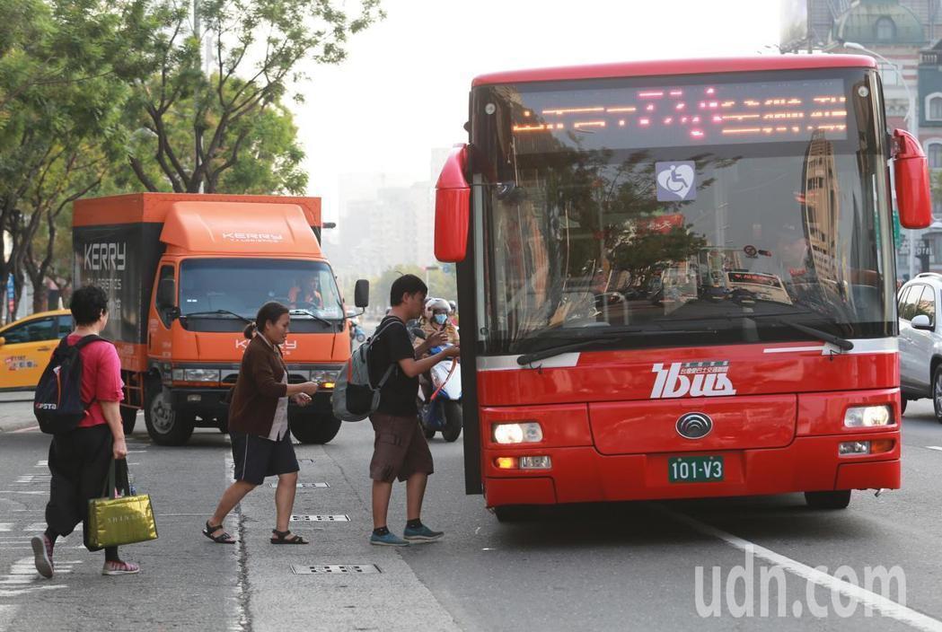 高雄市規畫下個月起3個月內,要讓民眾免費搭公車、捷運、輕軌,以對抗冬季嚴重空汙。...