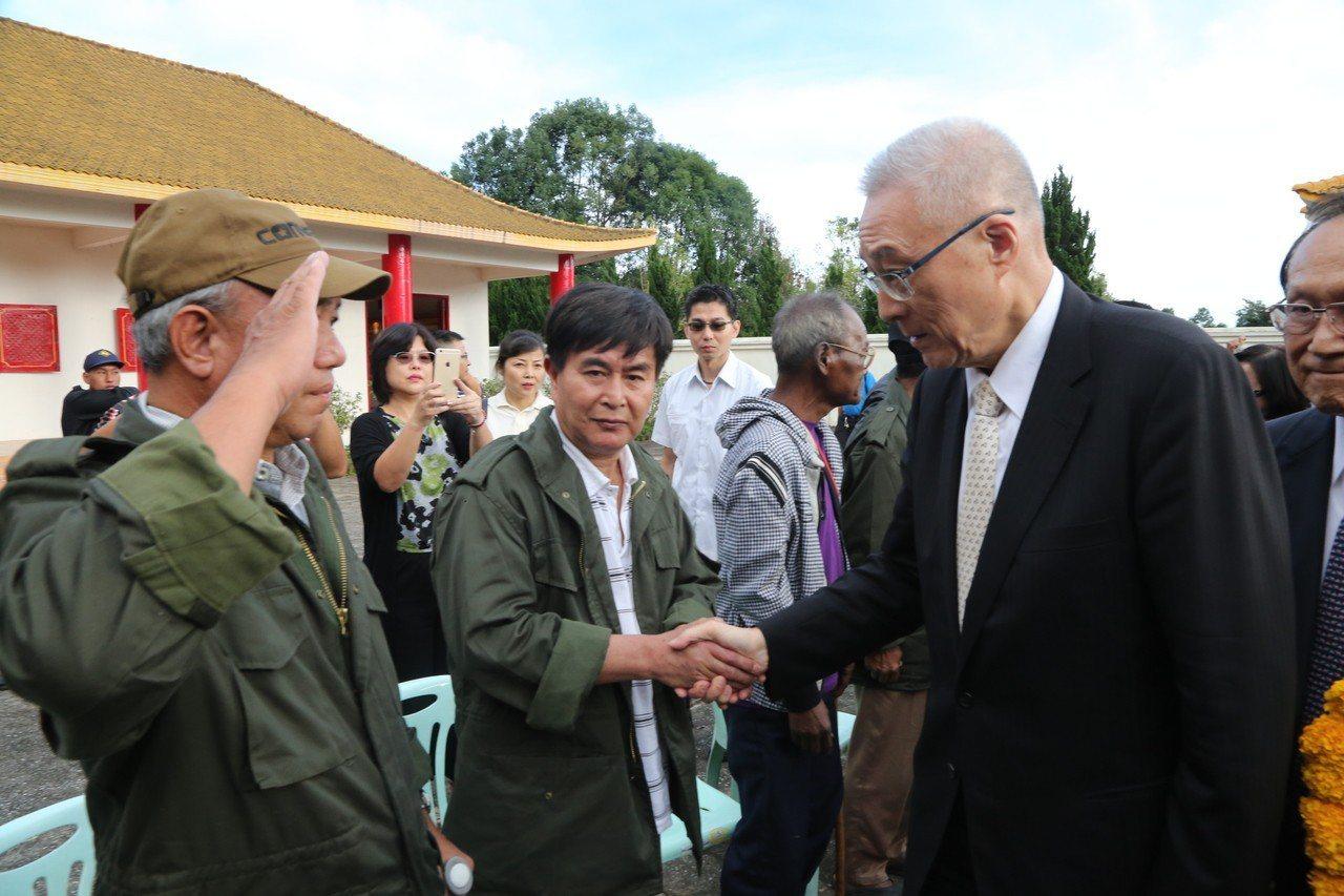 吳敦義造訪知名電影「異域」中的泰北美斯樂地區,老兵向吳敦義舉手敬禮,並高喊「主席...