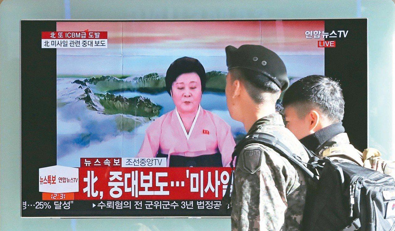 北韓國寶級新聞主播李春姬播放飛彈試射成功的新聞,在南韓首爾車站的電視播放。(美聯...