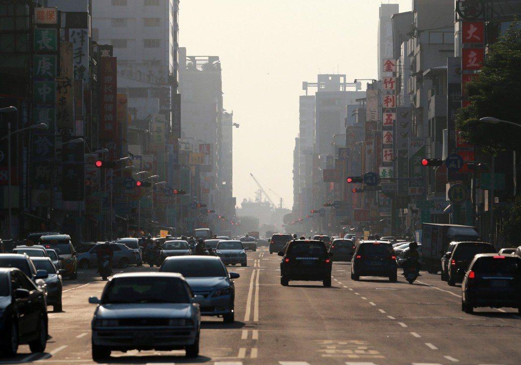 台灣健康空氣行動聯盟今天公布今年與去年PM10數據比較,全台灣逾半測站PM10數...
