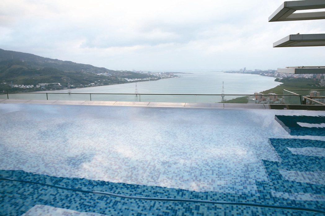 陳春安遠眺豪宅窗外,正對淡水河出海口。 圖/蘇健忠攝影