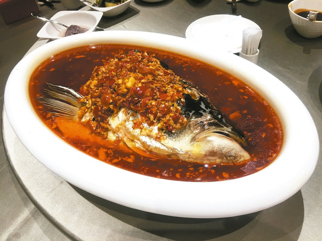 奇岩一號剁椒魚頭魚鮮味濃,吃罷上癊。 圖/王瑞瑤