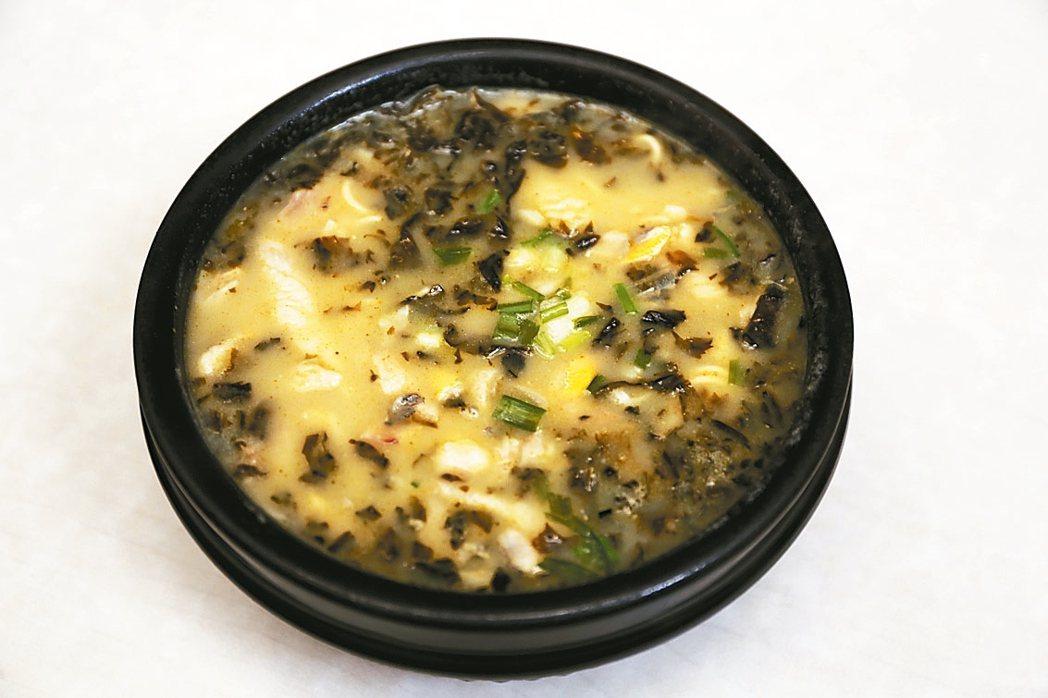 上海頂特勒額味道的黃魚煨麵滿是黃魚。 圖/王瑞瑤