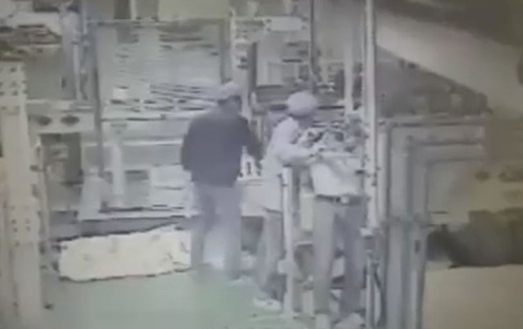 桃園市龍潭博智電子公司吳姓員工,操作拆板作業時,不慎被左右移動的機械夾傷,在場同...