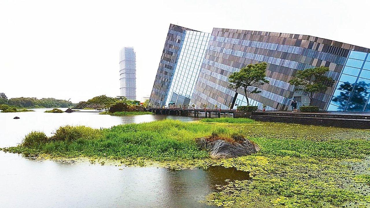 遊客要拍攝蘭陽博物館,但鏡頭中避不開這棟高樓。宜蘭縣要訂「天際線條款」,避免類似...