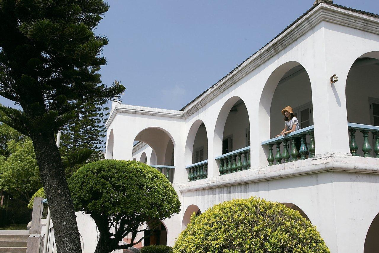 白色的牆身、拱廊與綠色靠欄,讓德記洋行成為絕佳的拍照取景地。