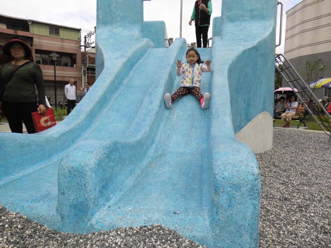新完工的鶯歌鳳祥公園內有鯨魚造型的溜滑梯,受到許多小朋友的喜愛。 聯合報系記者陳...