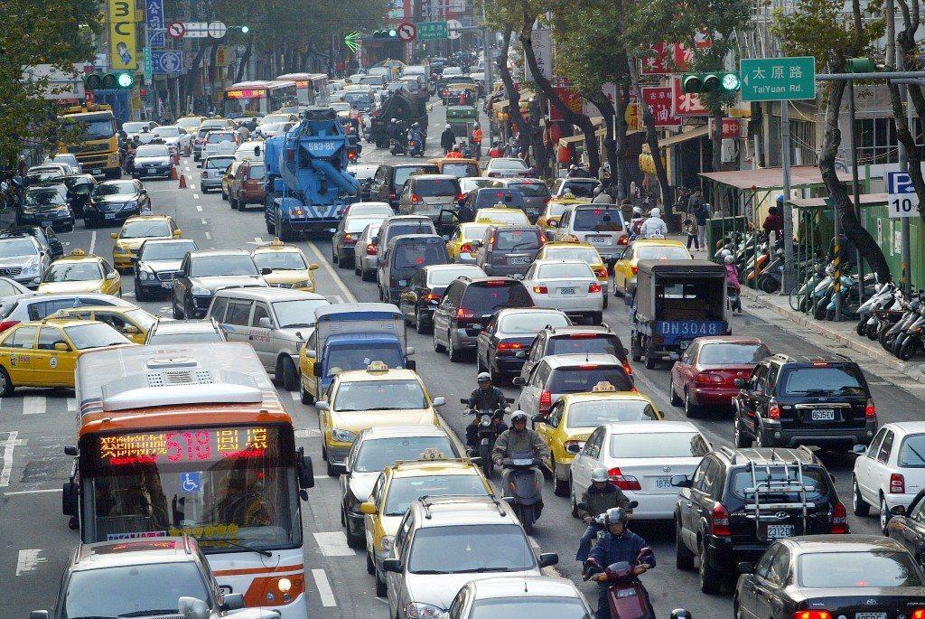 台北市民生西路易塞車。 聯合報系資料照片/記者趙文彬攝影