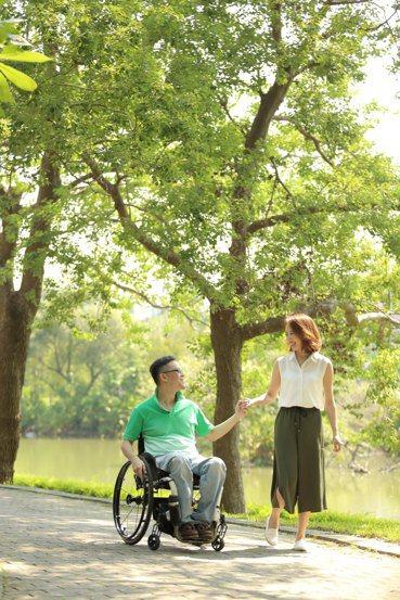 許超彥、黃述忱夫妻,走過死蔭的幽谷,更堅定「患難與共」的決心。(脊髓損傷基金會提...