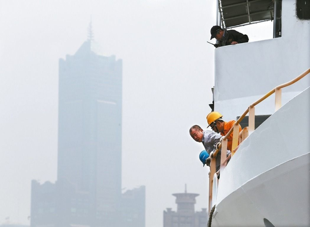 高雄地區空氣品質不佳,空汙指數破表,地標八五大樓被霧霾遮蔽快要看不見。本報資料照...