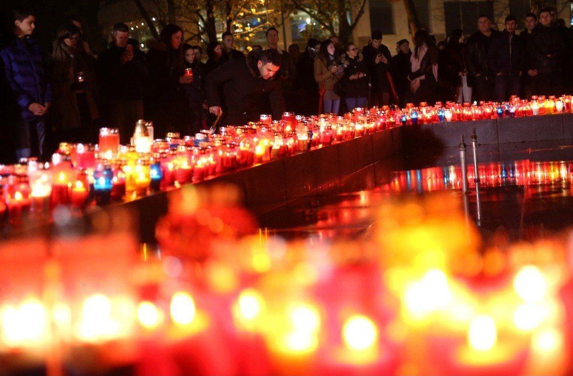 普蘭雅克死訊傳開後,摩斯塔的波士尼亞克族人,紛紛走上市區為他點燈致哀。 圖/路透...