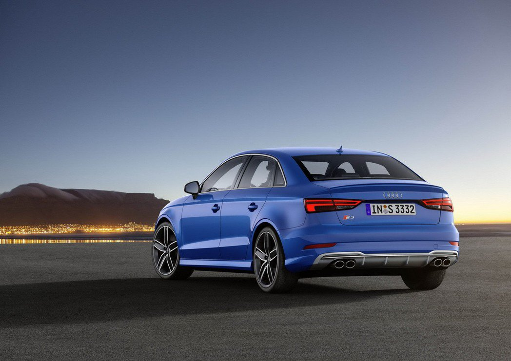 全新Audi S3後保桿下方則採用鋁合金分流器,搭配四出式橢圓排氣尾管。 圖/台...