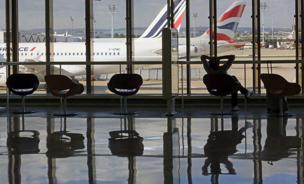 狄波頓寫的《機場裡的小旅行》是在談觀光的心靈暗黑。 圖/美聯社