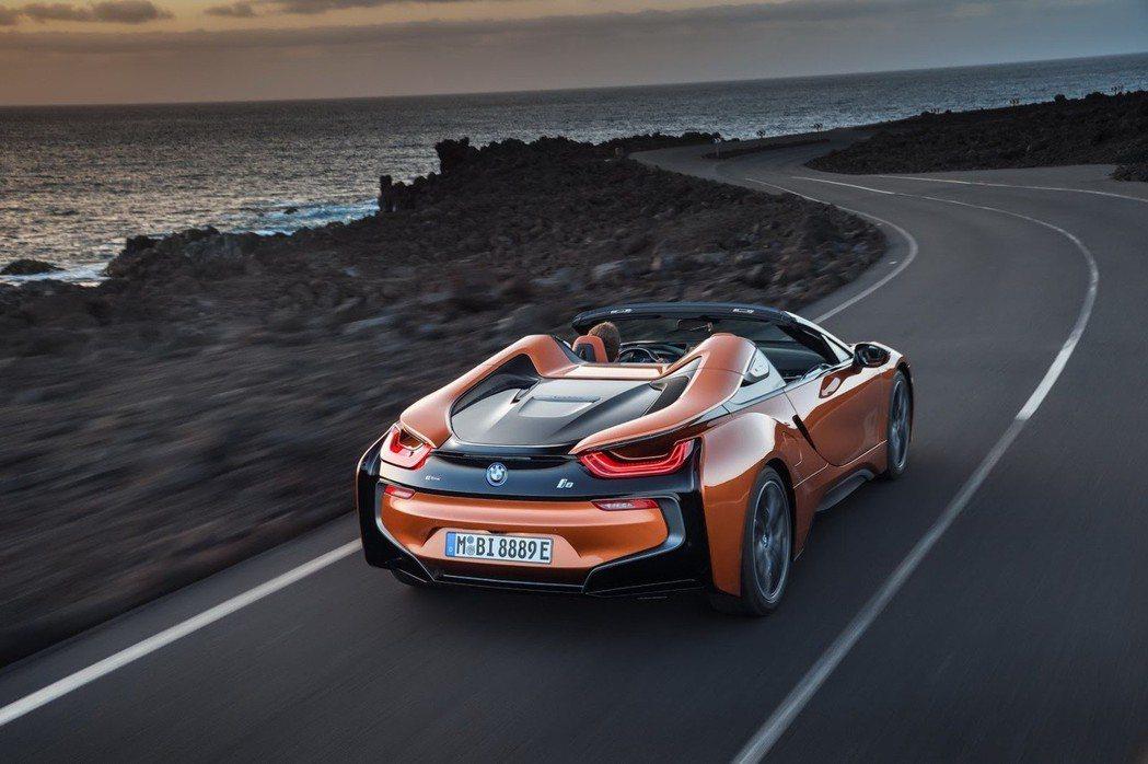 不論是全新的i8 Roadster或小改款的i8,兩者皆搭載1.5升三缸汽油渦輪...