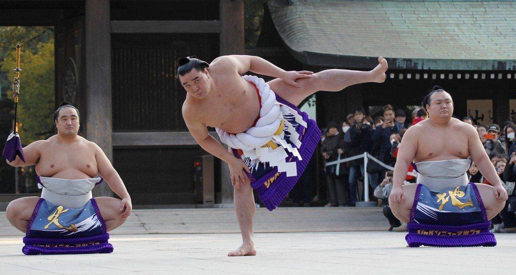 相撲高階力士有崇高的地位,時至今日,大相撲仍是日本人最喜愛的職業運動之一。圖中央...