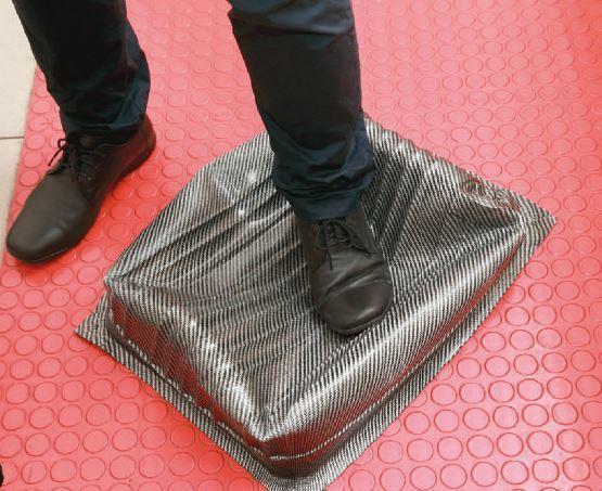 利用熱塑性碳纖維複合材料技術,製成質地輕、剛性強且重壓不會脆裂的行李箱。 攝影/...