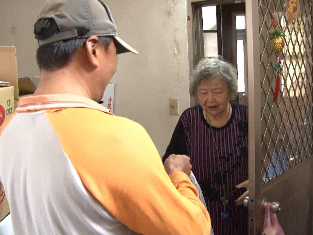 汐止區公所為了關懷獨居老人,找上了清潔隊員一起加入,利用他們外勤工作期間,中午順...