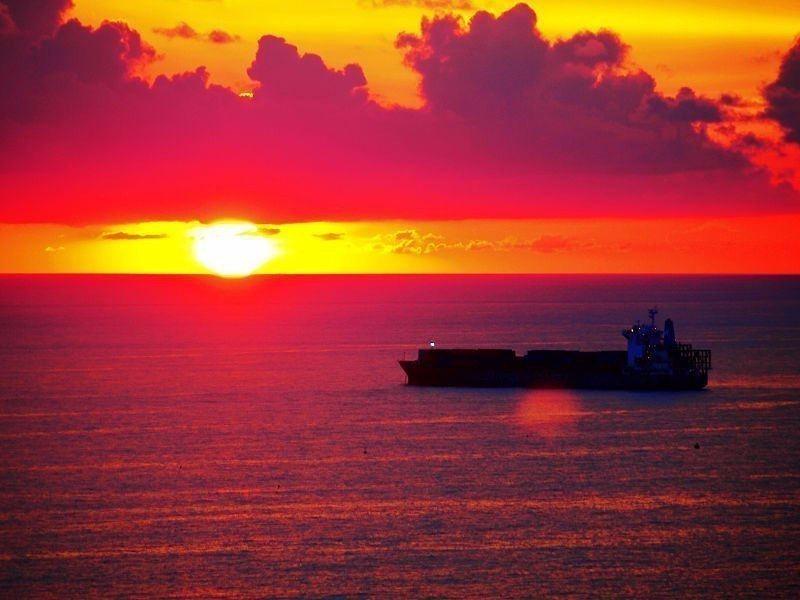 迷人的西子灣夕陽,是來高雄必訪的美景之一。(Flickr授權作者-Vincent...