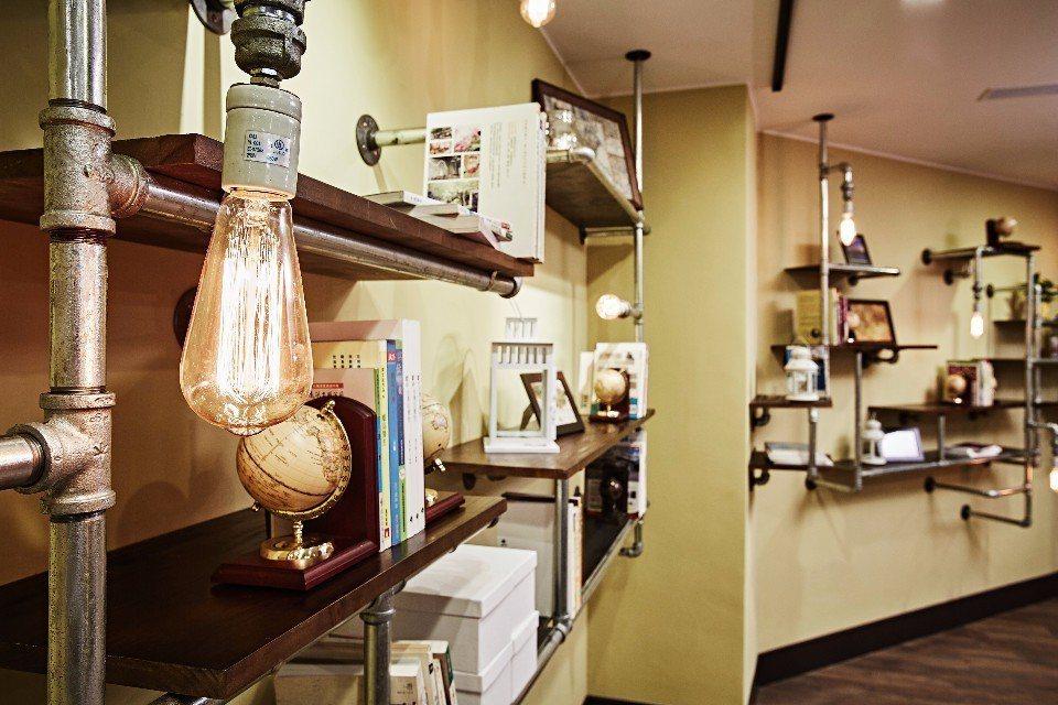餐廳與閱讀空間結合,充滿輕工業風與海港風風情。(圖片提供/康瀚行旅)