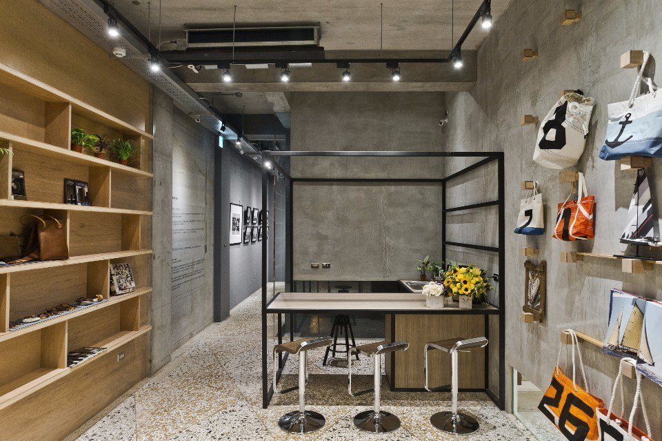 小島藝廊牆面掛的帆布包以及木架上擺放手作商品,展現生活美學。(圖片提供/小島公寓...
