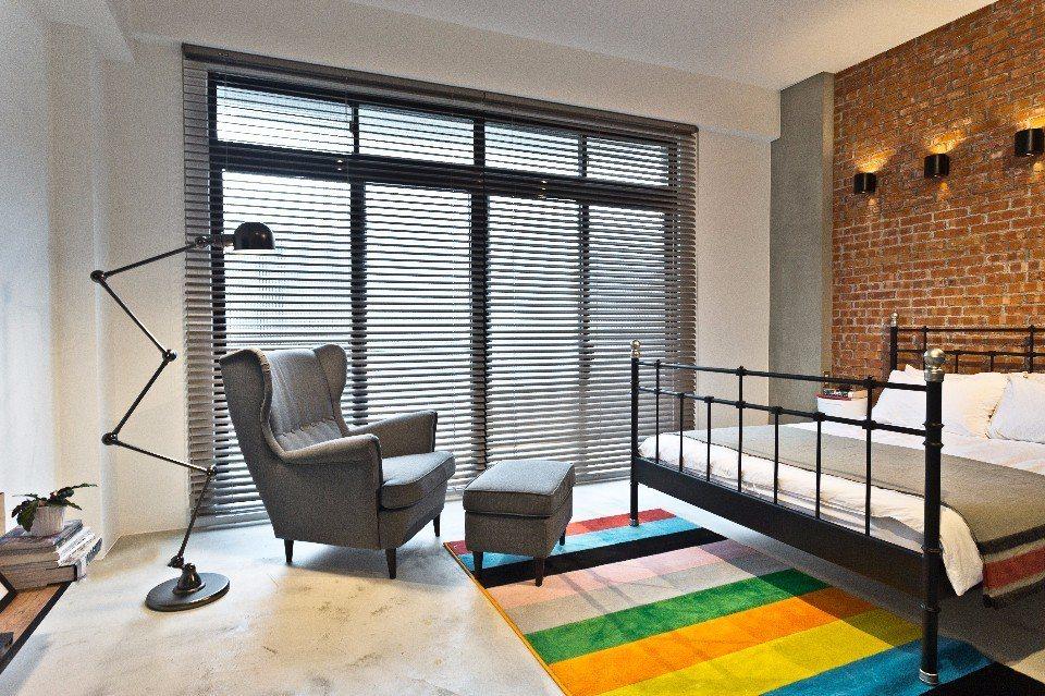 塗鴉二人套房以紅磚牆、鐵架床打造美式風格,還有快閃塗鴉大師的作品。(圖片提供/小...