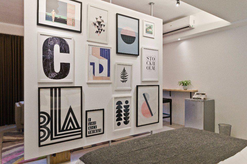 藝術牆二人套房的作品會不定期更換,房間就像小型藝廊。(圖片提供/小島公寓)