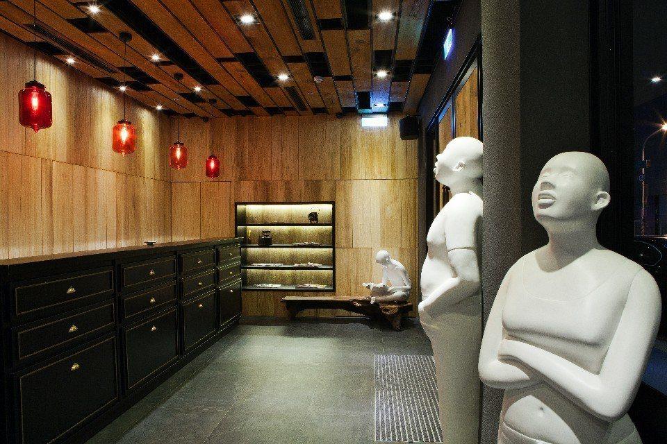 狹長型的大廳充滿懷舊風情,而雕塑人像卻充滿現代趣味。(圖片提供/佳適旅舍)