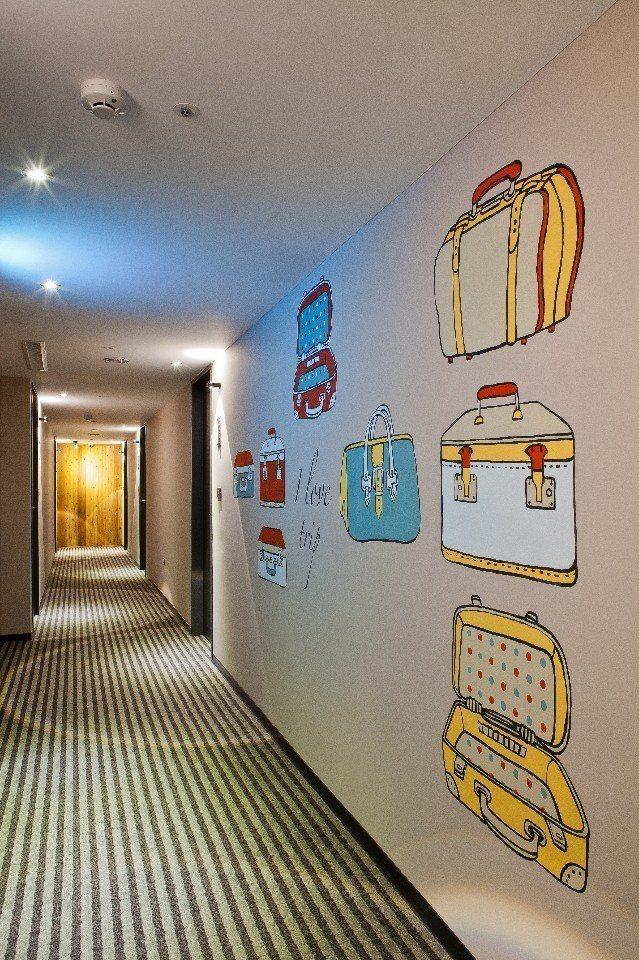 每層樓都有不同主題的彩繪牆面。(圖片提供/佳適旅舍)