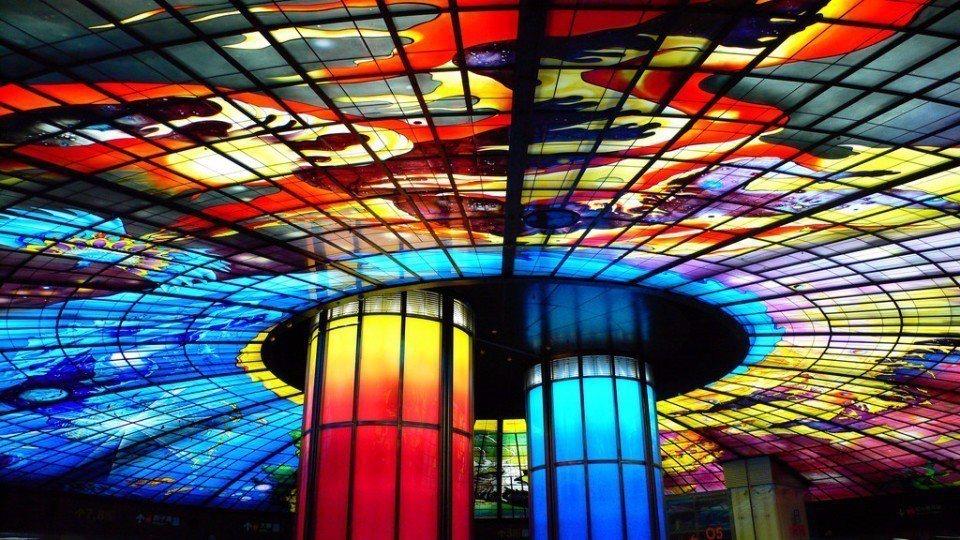 絢麗斑斕的「光之穹頂」,是全球最大的一體成型玻璃公共藝術作品。(Flickr授權...