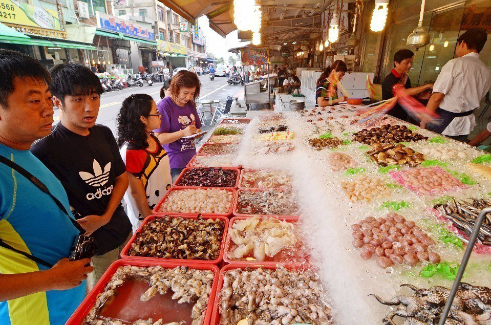 旗津海產種類相當多,可以讓遊客自行挑選。(圖片來源/欣傳媒)