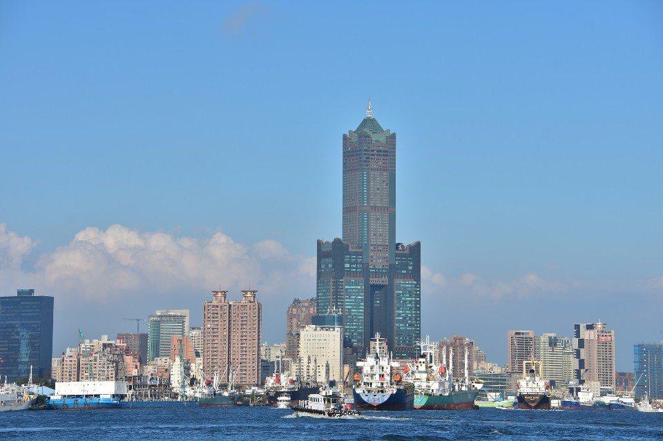 登上85大樓觀景台,可以飽覽高雄港灣美景。(Flickr授權作者-Bevis C...