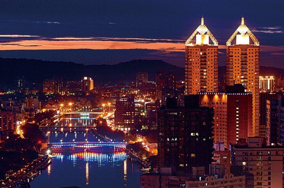 搭乘「愛之船」,可以360度飽覽河岸夜色美景。(圖片來源/欣傳媒)