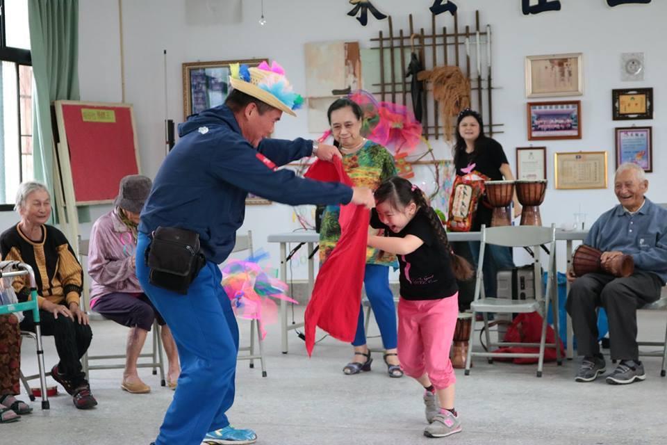 咬仔竹社區和青少年朋友分享農村生活和趣事。圖/新港文教基金會提供