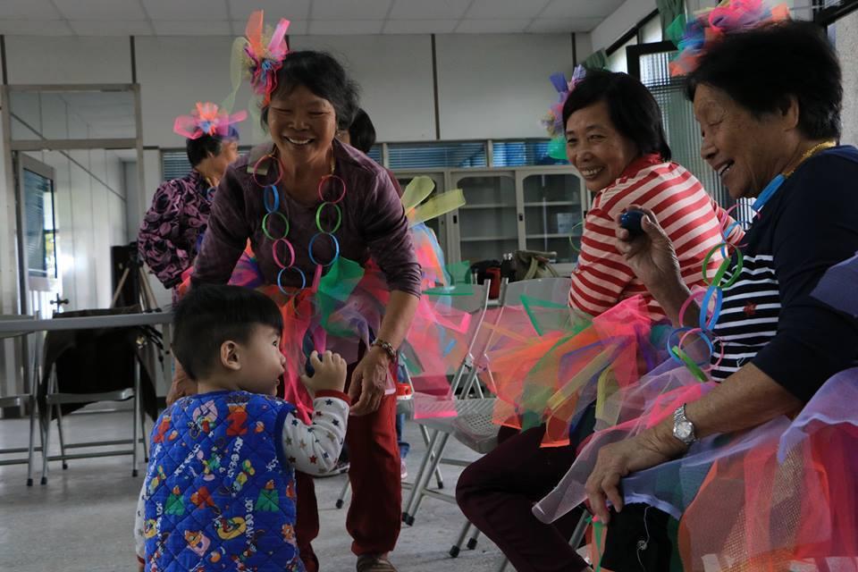 咬仔竹社區阿嬤阿公們的預演。圖/新港文教基金會提供