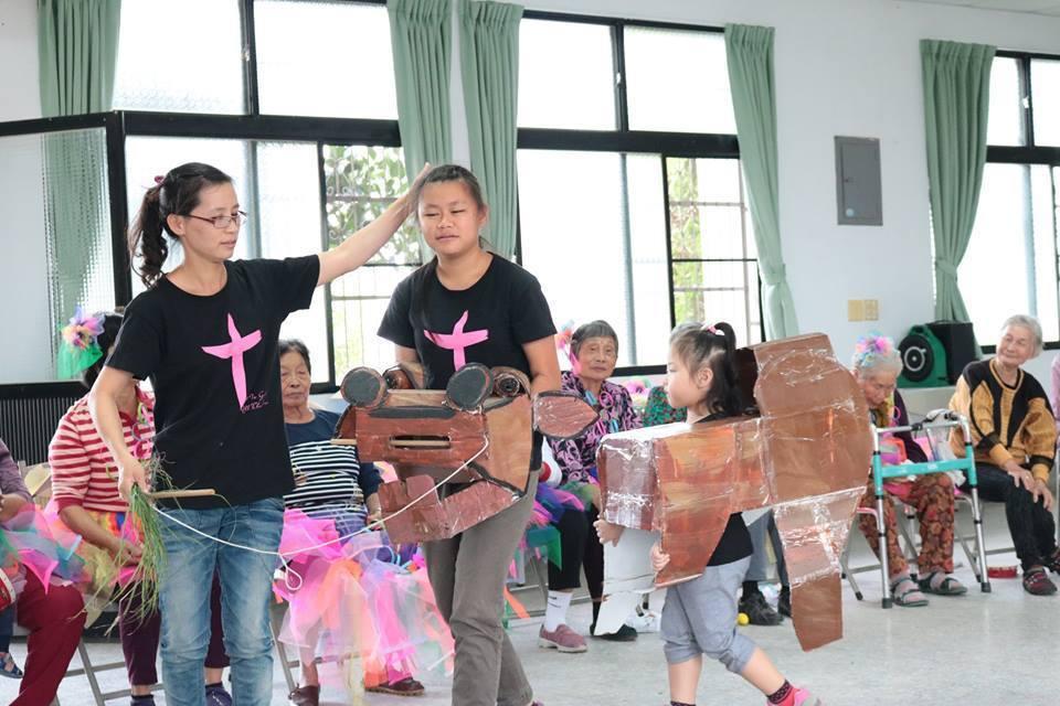 籃仔厝音樂團的青少年和咬仔竹社區長輩一起學音樂。圖/新港文教基金會提供