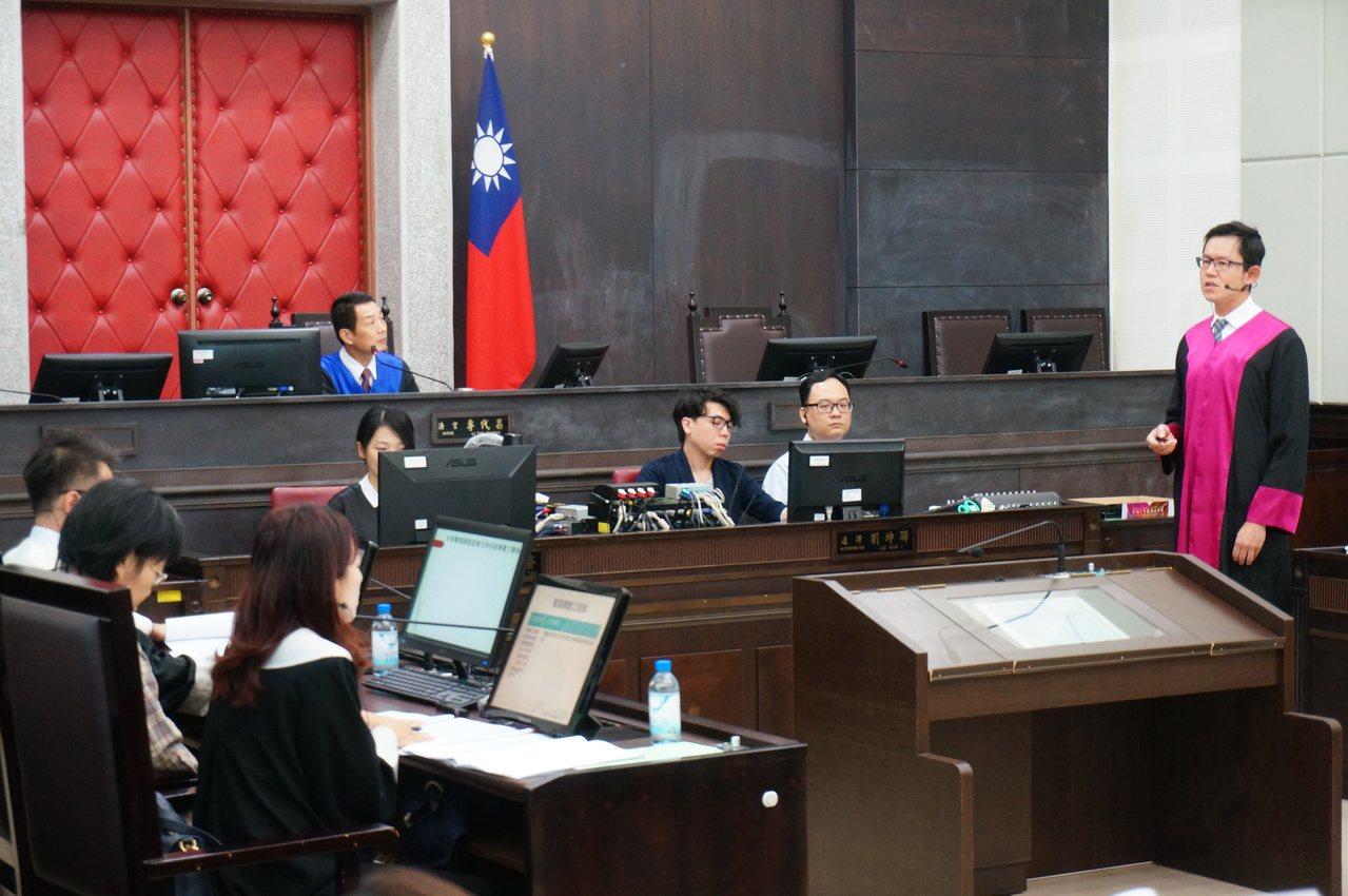 未來卷證不併送,檢察官、辯護律師當庭陳述的重要性大增,圖為昨天高雄地院模擬法庭實...