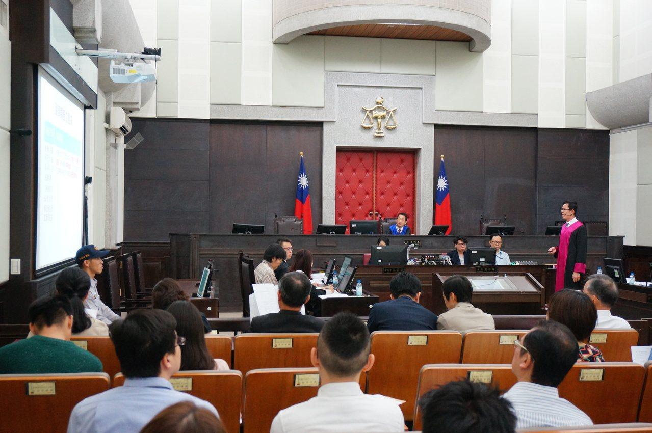 昨天高雄地院模擬法庭檢、辯護雙方以投影簡報輔助陳述。記者林伯驊/攝影
